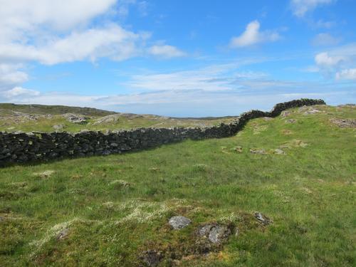 De berømte steingardene på Rennesøy streker opp landskapet.