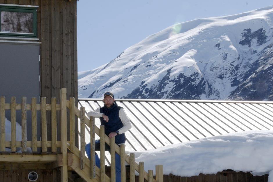 Velkommen til å booke overnatting på Tungrstølen. Vi har sovesal eller du kan leie en egen hytte.
