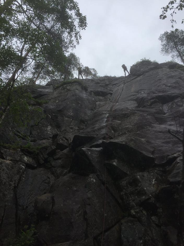 På toppen av kanten - berre å bikke seg bakover og starte å gå nedover.