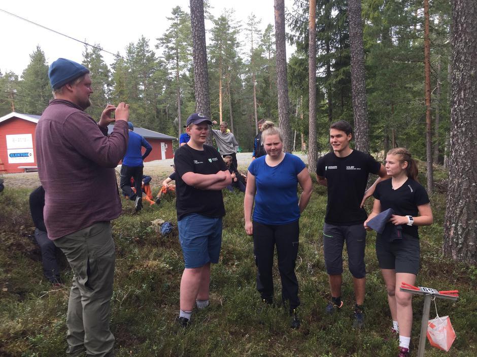 Lærer Jørgen Kalfoss gratulerer vinnerlaget som bestod av John Arne Torp, Signe Helene Lund, Even Østmoe og Martine Bue.