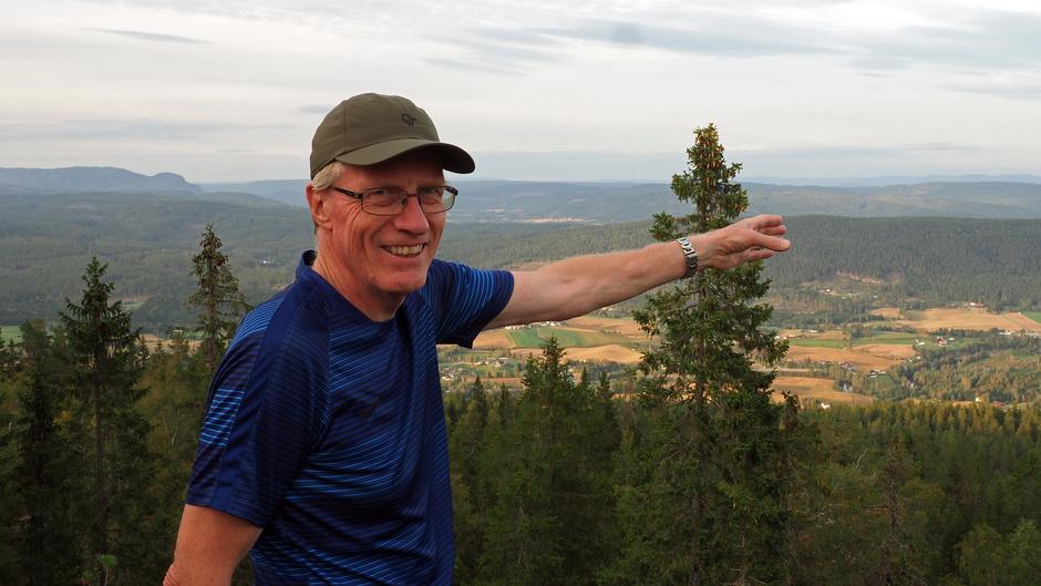 Turleder Karsten Lien peker hjemat.