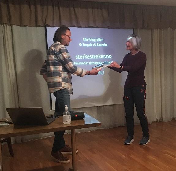 Torgeir W. Skancke takkes av Helga Daler