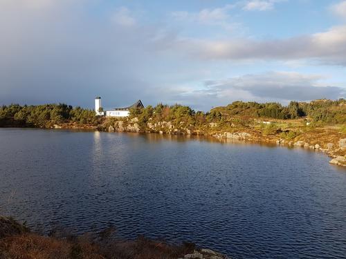 Foldnes kyrkje og Skiftedalsvatnet.