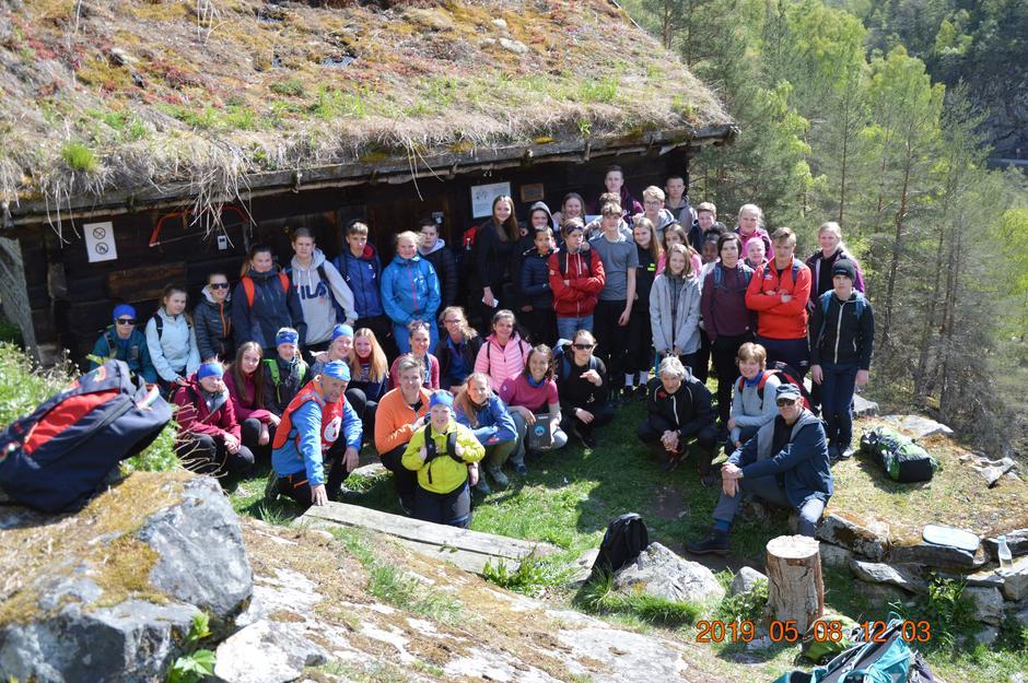Ungdomsskuleelevar frå Aurland og Lærdal hadde med Kåre Hovland til å fortelje om Kongevegen.