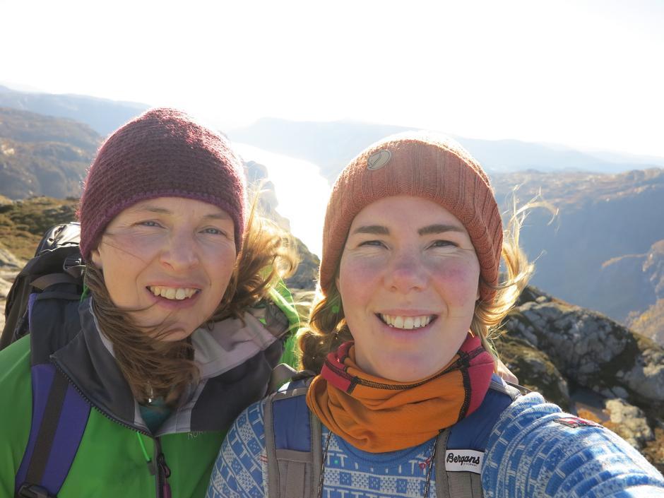 """Dessverre sterkt motlys og mye vind, men vi var fornøyd med å ha funnet """"Preikestolen i Veafjorden"""" og ha den helt for oss selv på en solkinssdag."""