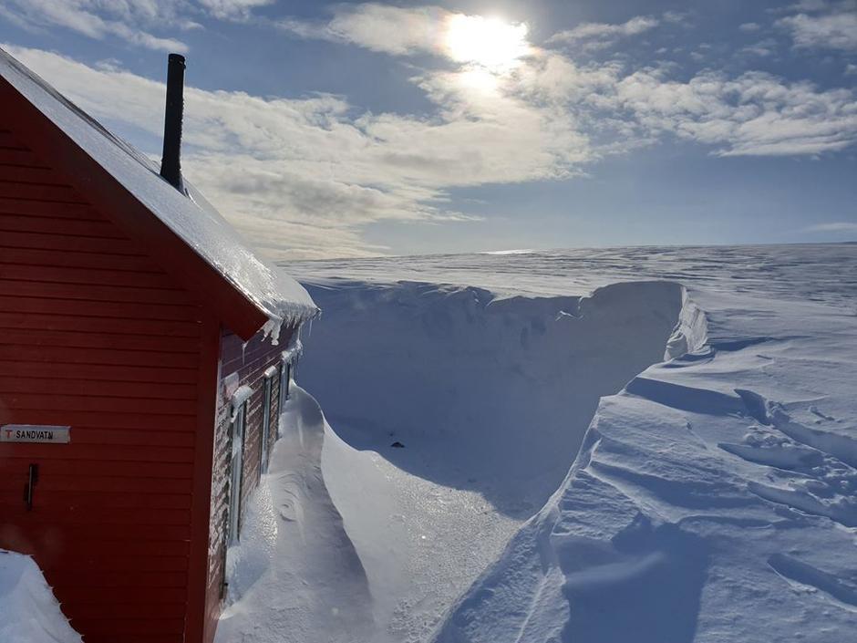 Ved Sandvatn har det bygget seg opp en gedigen snøfonn.