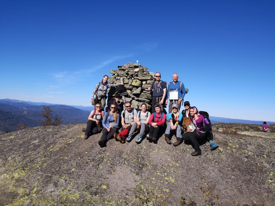 Hele gjengen samla på Naretoppen - søndagens turmål og kursets praksisdel.