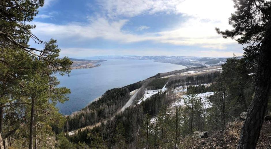 Vakker vidstragt utsikt fra Ramberget nord for Gjøvik