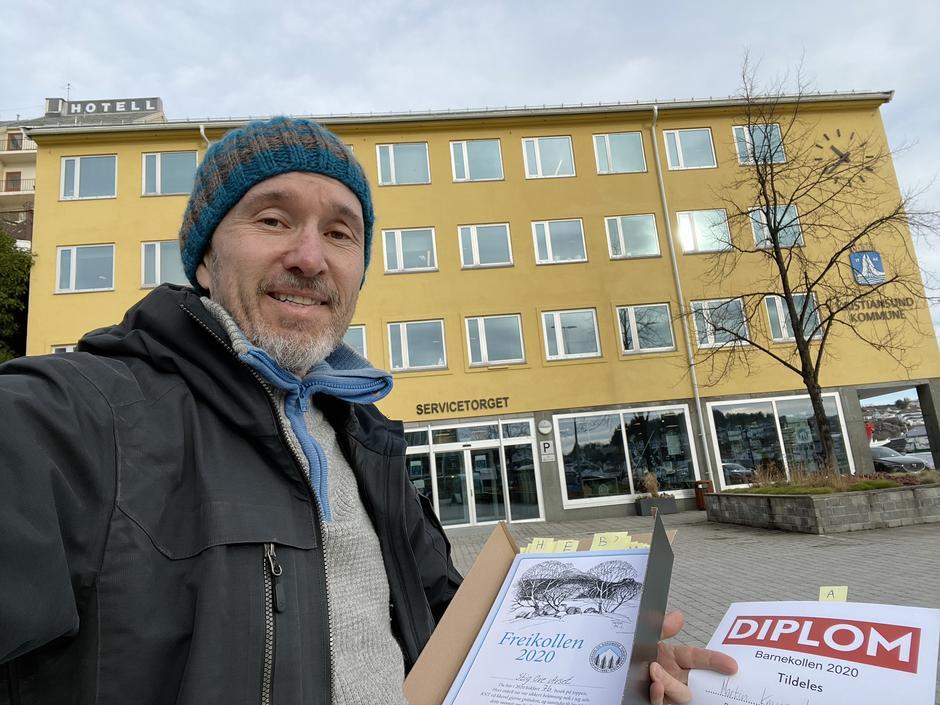 Roar Halten fra KNT viser fram diplomene for Freikollen.