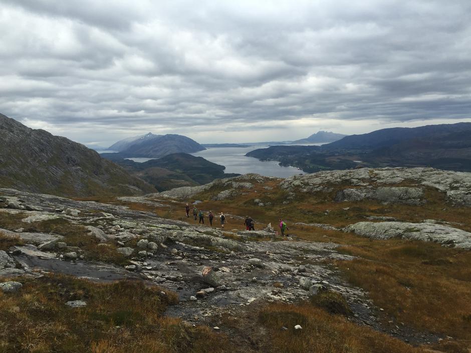 På tur ned fra Klampen til Sommerset. Fin utsikt mot Helgelandsbrua og Sandnessjøen