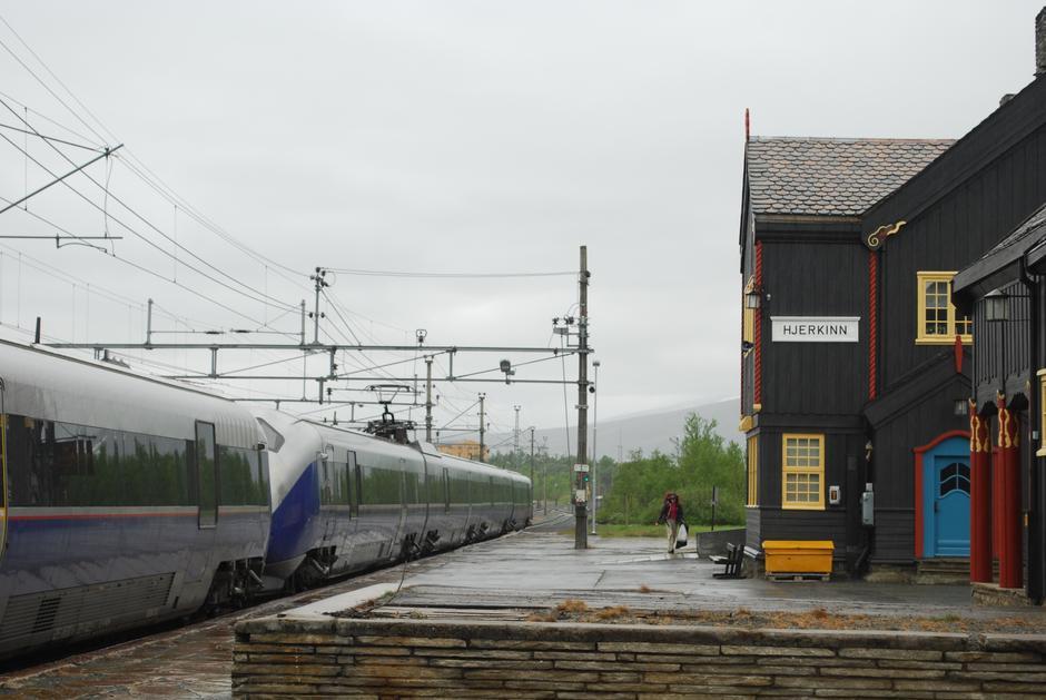 Turen starter fra Hjerkinn stasjon. Her kan du leie sykler og sykle innover til Grimsdalshytta.