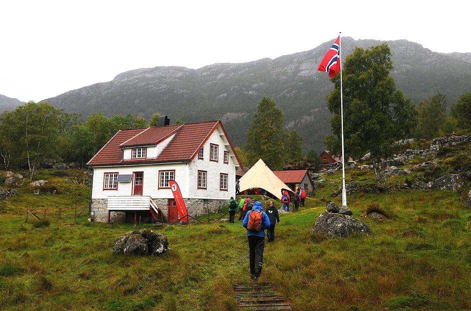 Overrekkelsen av Bakken gård til turistforeningen skjedde under Lysefjorden vandrefestival sitt arrangement på Bakken søndag 16. september. 70 personer trosset vind og vær for å være med på nøkkelovertakelsen.
