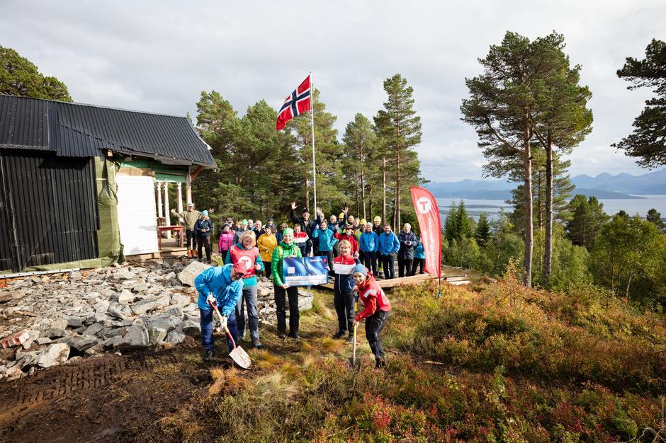 Arnt Sommerlund, daglig leder i GassROR, og Maria Holo Leikarnes, daglig leder i MRT, setter første spadestikk på Storlihytta til stor jubel.