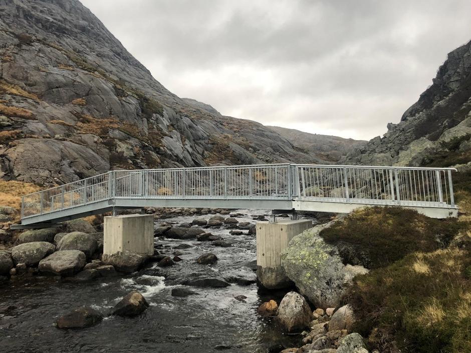 Bro over Stakkånå på sti mellom Stakken og Nilsebu.