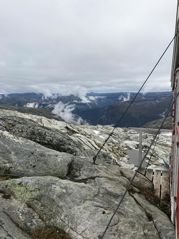 Holmaskjer. Utsikt mot vest. Hårteigen (1690 moh) på Hardangervidda skimtes i bakgrunnen.