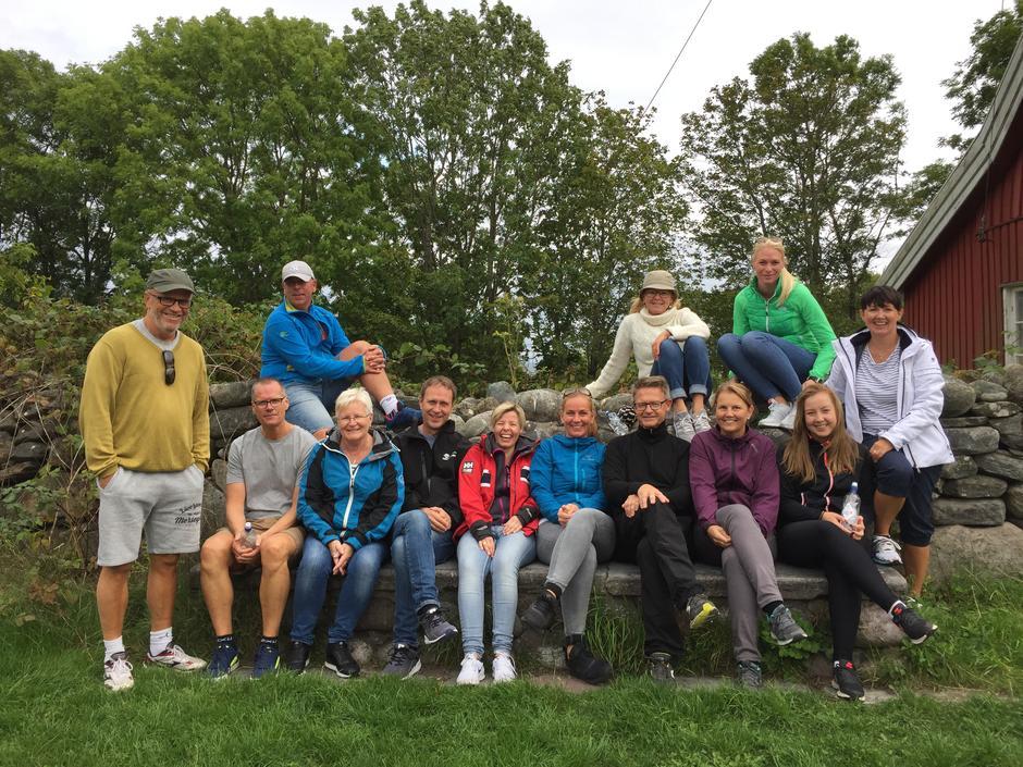 Blid gruppe på steinbenken på Hovedgården!