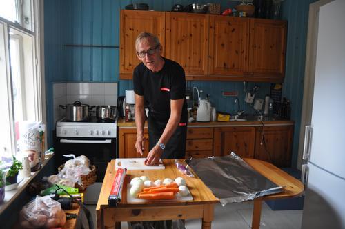 Birger Baisgård ordner mat på hyttetur.