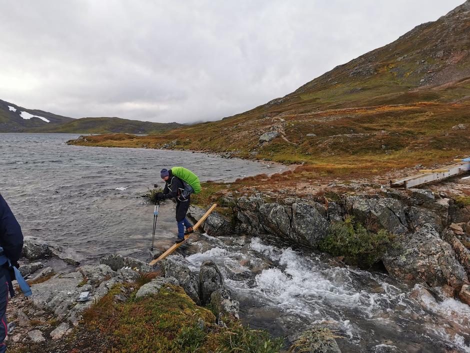 Her skal det komme bru ved Storvatnet i Jonsheimen. Bildet er fra jenteturen der nå i september.