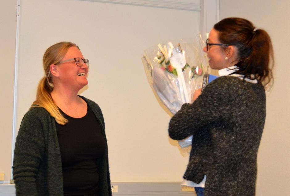Marte Evensen fikk blomster og bok som takk for innsatsen i styret