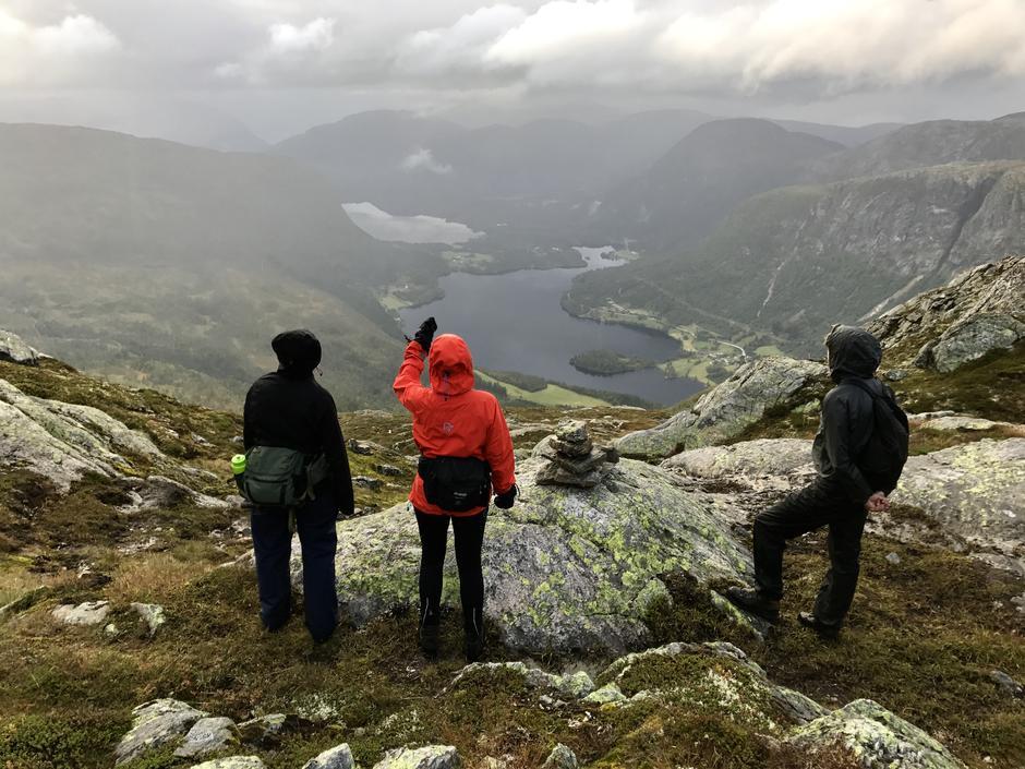 Utsikt mot vest: Nydal, Husetuft, Høgset og Viskedal ved Holsavatnet