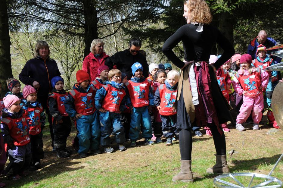 Barna lærer å danse trolledansen.