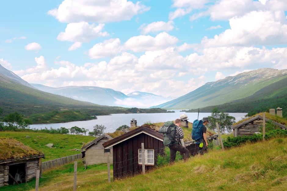NASJONALROMANTISK: Fjellene bølger gjennom landskapet ved Veggasætra og innsjøene er langstrakte.