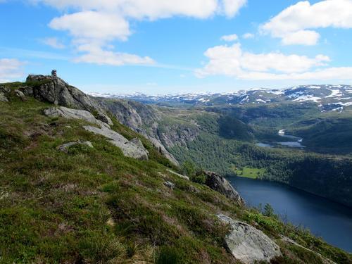 Flott utsikt frå Klavefjellet der me ser garden i Kringlebotten nede ved Kringlebotsvatnet