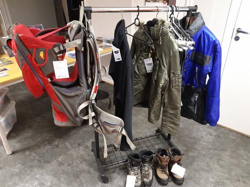 LOTs stativ for brukt tøy, sko og utstyr
