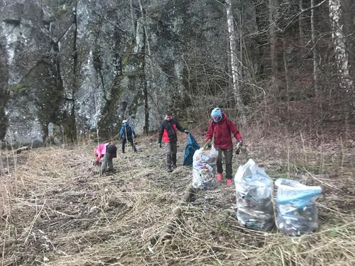 Søppelplukking i Ødegårdsbukta med DNT ung Larvik, 2. mai 2018.