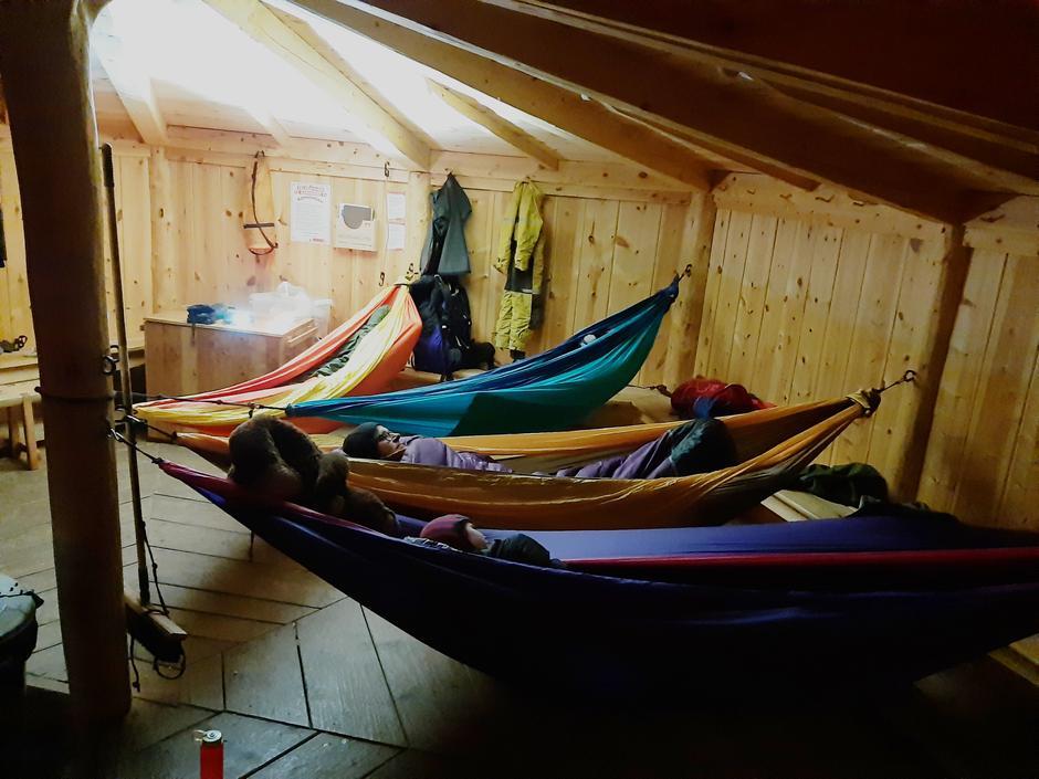 I gapahukene er det tilrettelagt for overnatting i hengekøyer.