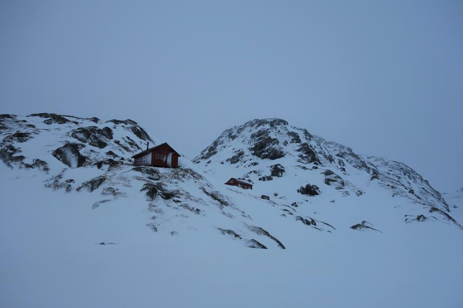 Søndag 26.1: Ved Høgabu i Bergsdalen. Over 1 m snø. Avblåst på knauser.