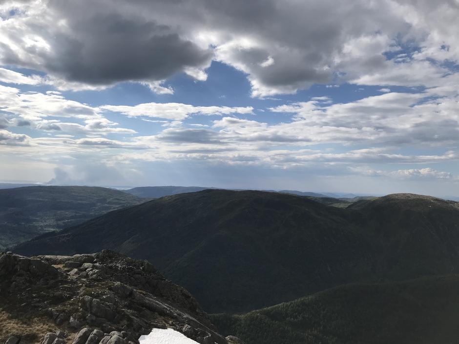 Torsdag 3.6: Utsikt fra Sveningen mot Hausdalshorga (784 moh)