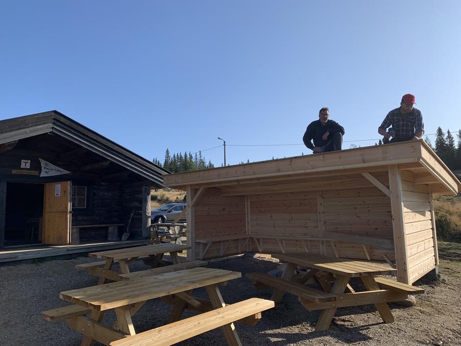 Ny dugnadsdag ons 21.08. Da var Løten bygdesag nesten ferdig med å montere den nye gapahuken