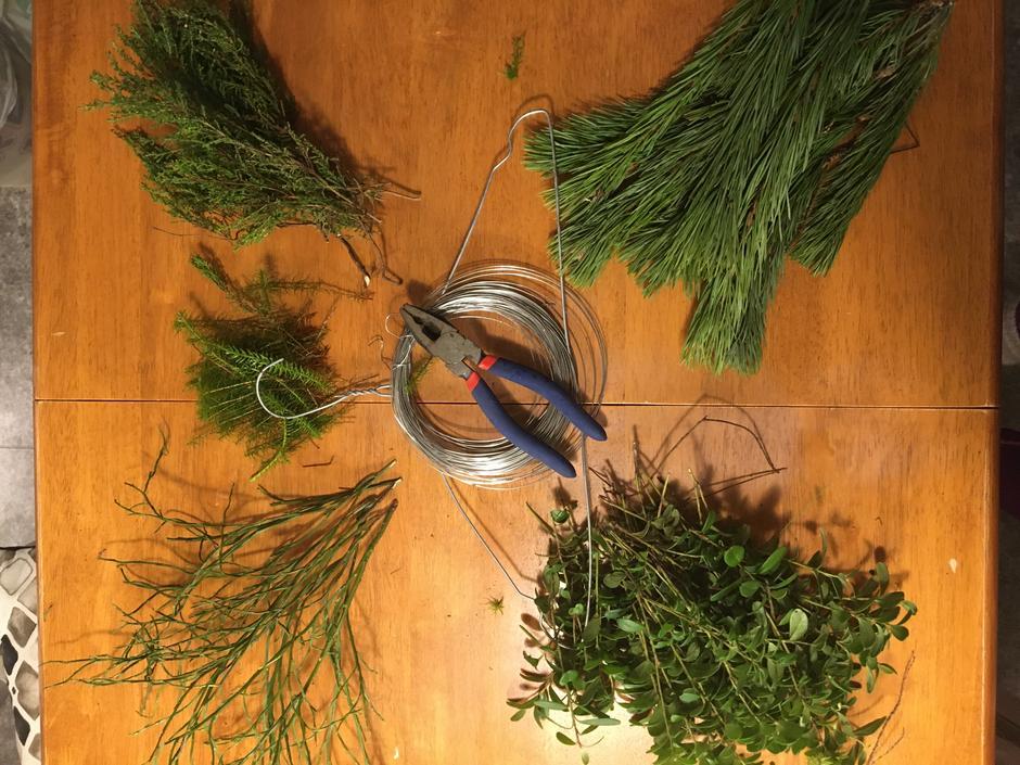 Dette trenger du: Metallkleshenger, blomster-/ståltråd, mose, gran- og furukvister, lyng av forskjellig slag eller annet du tenker er fint å pryde kransen med. eventuelt silkebånd, saks/avbiter. Ta med deg en pose eller sekk når du skal samle inn. Plukk rikelig med kvister, lyng og diverse da det går mye med til kransen.
