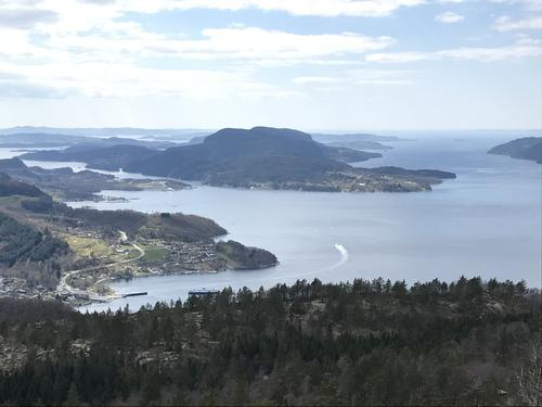 Utsikt frå Heiakodl mot fjorden og ut mot Randøy