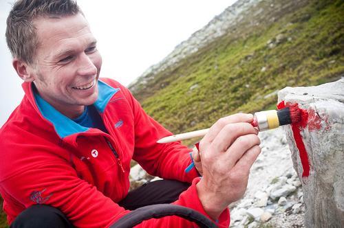Torbjørn Sund er en av mange som bruker fritiden sin på dugnadsarbeid for DNT.
