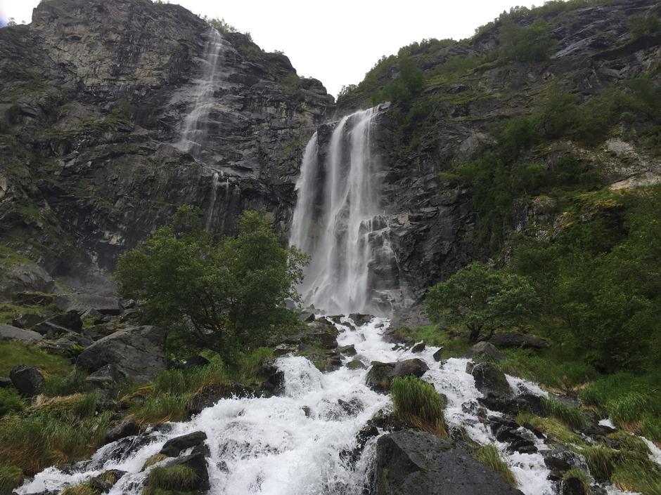 Vakkert og frodig i Aurlandsdalen.