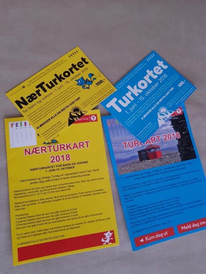 Årets turkort er gult og blått. Det gule er nærturkortet med ettermiddagsturer og det blå har lengre heldagsturer.