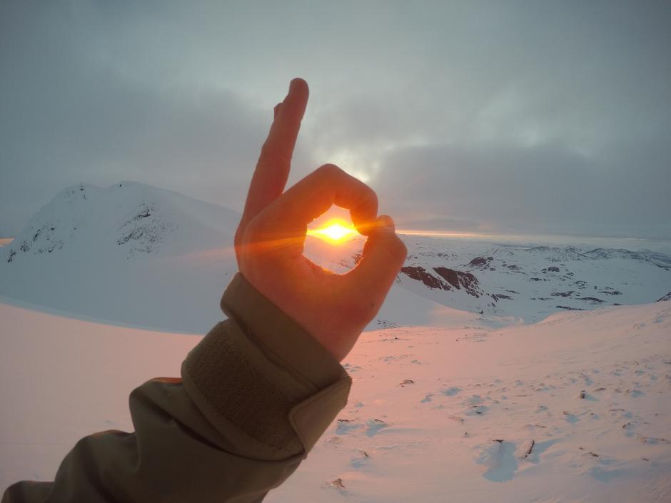 Midnattsol klokken 23:30 i slutten av mai på skitur til Suliskongen 1907 moh. Etter mange timer med skyer og skodde dukket sola i fem minutter midt på natten. Aldri før, og aldri siden har den varmet så godt. Foto: Even Romstad Opdal.
