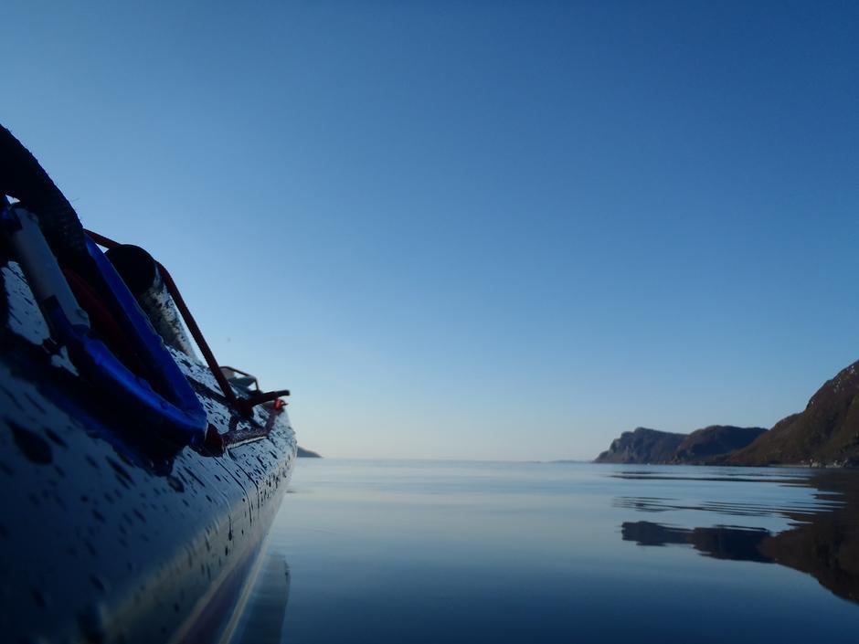 Engnes på Skjervøy, sett fra kajakk på blikkstille hav