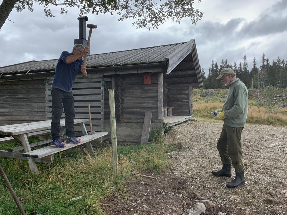 Dugnaden igang 14.08 med stolper til gjerde - Kristen Bartnes med slegge og Tore Nilsen følger med