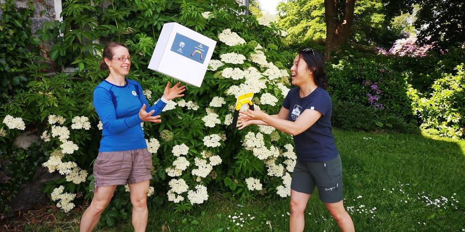 Her får Helen Adamson i DNT tilrettelagt overrakt turbøyler fra grunderen bak U-GO, Marianne Hebnes.