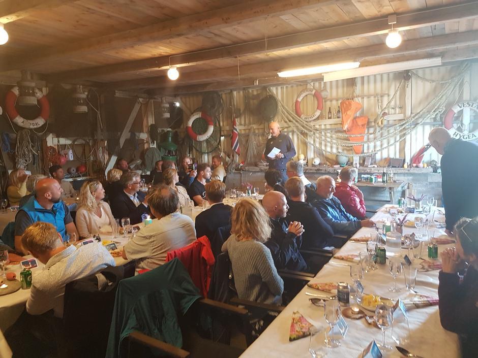 Styreleder i DNT Per Hanasand ønsker fornøyde gjester velkommen til bords