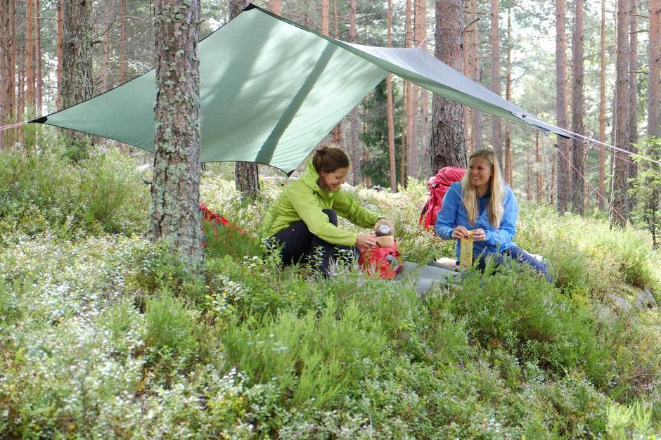 Nærmarka - Hege og Stine under tarpen
