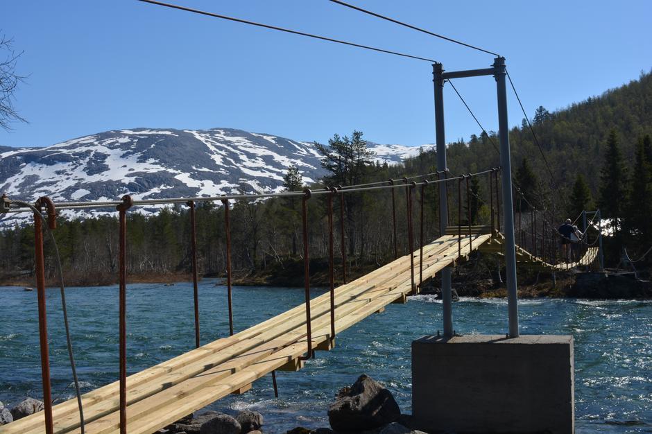 Tirsdag 15.5: bro lagt ut over Raundalselvi - rute på vei til BT-hytten