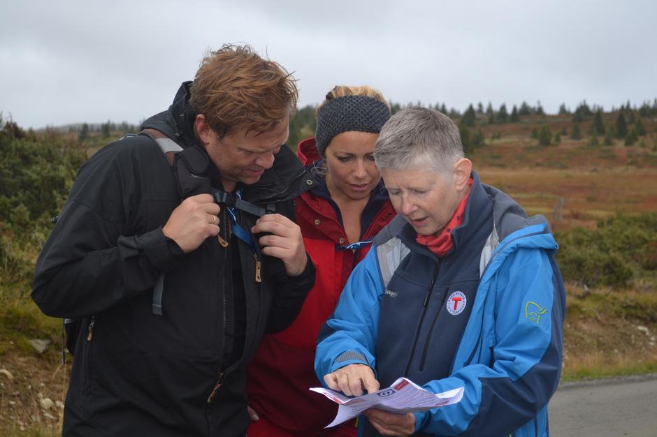 Arrangementskoordinator Kjersti Moltubakk viser veg.