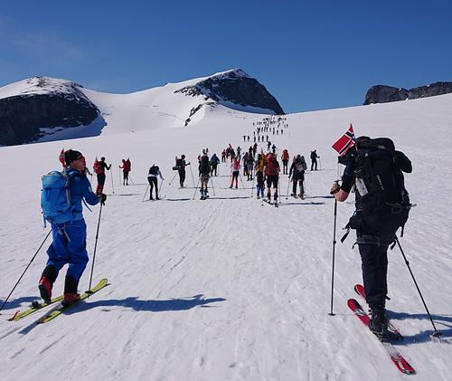 På vei til Galdhøpiggen 17. mai med DNT fjellsport Bergen