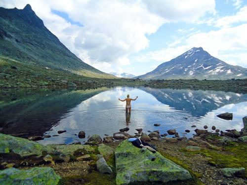 Bildet er tatt ved Olavsbu i Jotunheimen. Etter en fem timers lang tur fra Leirvassbu tok Hedvig Skaflem en dukkert i det over middels kjølige vannet like ved. Datoen er 08.08.2014.