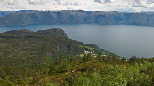 Utsikt ned mot Indre Torvund frå nedstigninga frå Blåfjell