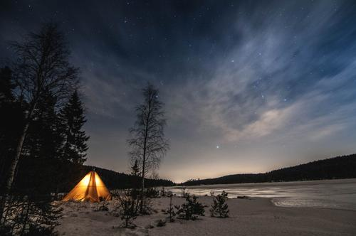 En koselig natt under stjernehimmelen i nordmarka.
